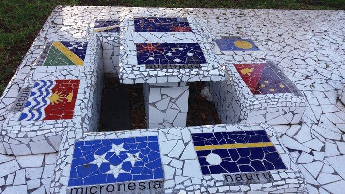 Nähtävyyksiä – Las Palmas: Santa Catalinan puiston penkit<br />
