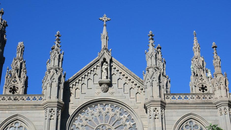 Kuvassa Arucasin mahtipontinen katedraali edestäpäin.