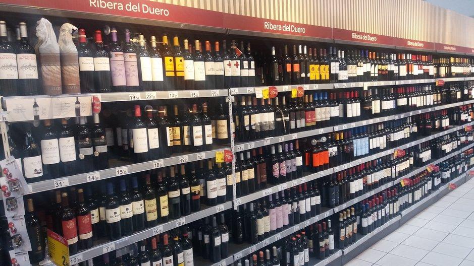 Yksi Kanarian parhaista, kenties jopa paras viinivalikoima löytyy Vecindarion Carrefourista. Carrefourissa viinit lajitelty alueiden mukaan ja valikoimaa on runsas.