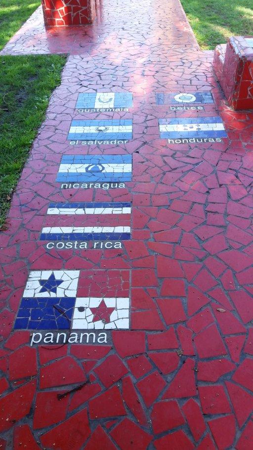 Nähtävyyksiä – Las Palmas: Santa Catalinan puiston penkit<br />  Gran Canaria