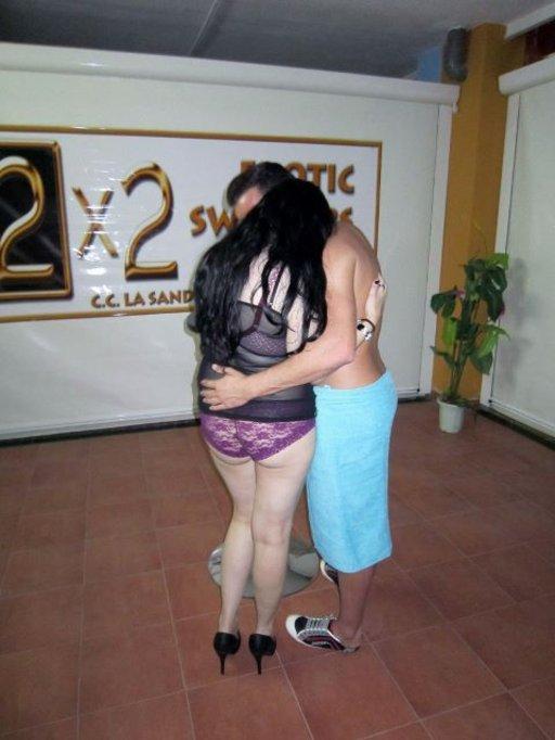 Espanjalaiset Elena ja Miquel löytävät toisensa terassin puolelta alle varttitunnissa klubille saapumisestaan.