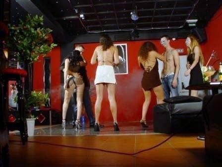 Kaikissa parinvaihtoklubeissa soi diskomusiikki ja baarin viereisellä tanssilattialla voi samaan aikaan nähdä sulassa sovussa pukeutuneita, puolipukeisia ja tai täysin alastomia juhlijoita. Niin myös 2 X 2 -klubilla.