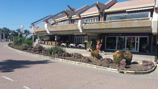 Näkymä Faro 2:n elinvoimaiselta puolelta, jossa muutamia ravintoloita. Mikäli muuten olet uutena vuotena lähistöllä niin tästä kohdin näkee erinomaisesti ilotulitukset, koska rantaan päin katsottuna edessä ei ole rakennuksia.