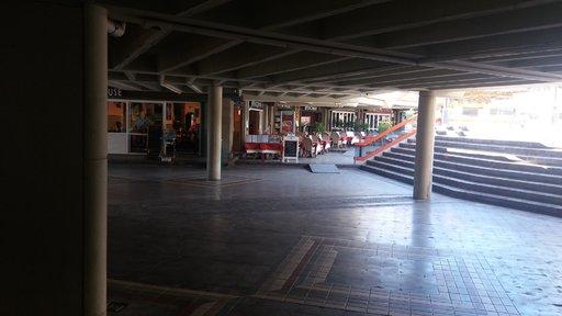 Näkymä Faro 2:n sisäpihalta, jossa ravintoloilla on myös asiakaspaikkoja. Sisäpihalta löytyvät myös wc-tilat, jotka ovat yllättäen hyvässä kunnossa, toisin kuin muu kauppakeskus.