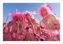 Espanja oli kolmas maa maailmassa, joka laillisti samaa sukupuolta olevien avioliitot. Etenkin Gran Canarialla suhtautuminen homoseksuaalisuuteen on erittäin avointa ja hyväksyvää. Nyt 19.-25. toukokuuta Playa del Inglesissä järjestään jo 13. kertaa muun muassa supersuosittu, vuosittainen Gay Pride -tapahtuma.