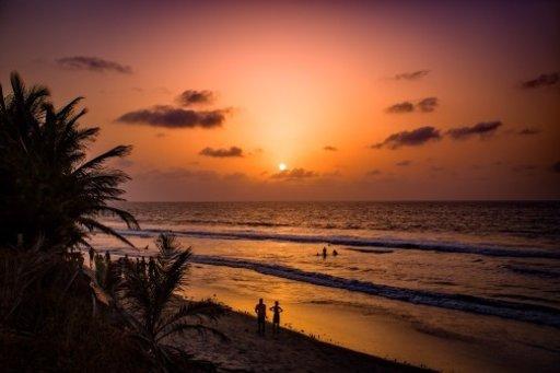 Fajaran ranta Gambiassa auringonlaskun aikaan