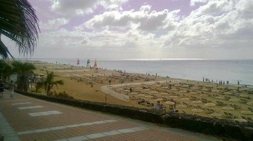 Jandian kaupungin hoidetulla, neljä kilometriä pitkällä, hiekkarannalla on runsaasti naturisteja. Säät suosivat ensimmäisellä viikolla suomalaisia naturisteja, vain parina päivänä rannalla ei viihdytty sateen tai kovan tuulen takia. Jälkimmäisellä viikolla kelit olivat selvästi syksyisemmät.
