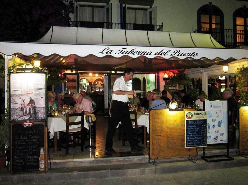 Jos opettelet vaikka vain muutamia perustervehdyksiä espanjaksi, paikalliset ravintoloissa, kaupoissa, takseissa jne. varmasti arvostavat osaamistasi, vaikka eivät sitä sinulta vaadikaan. Olemme viimeksi lisänneet kieliosioon lausumisohjeita, lukusanoja ja viikonpäivät espanjaksi jne.