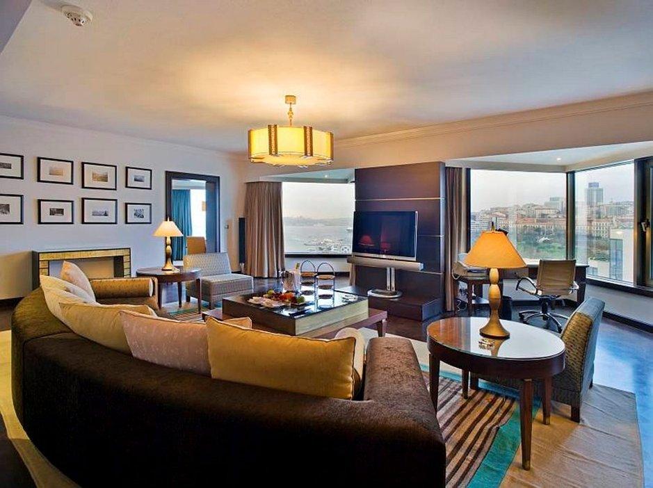 Esimerkiksi huoneiden tasossa ja varustelussa on huomattavia eroja eri hotellien välillä. Sviitit ja juniorisviitit ovat huoneista suurimpia ja niissä on erillinen oleskelutila tai useampia huoneita.