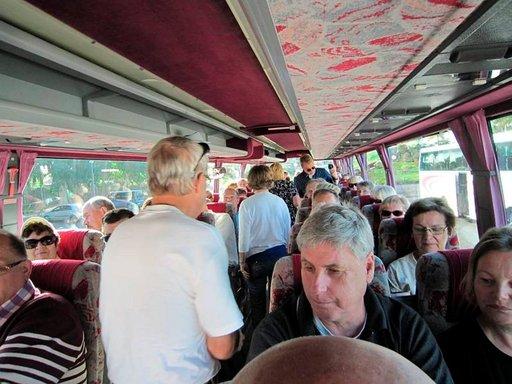 Kympin retkien bussit ovat uudehkoja ja turvavyöt kuuluvat useimmiten varustuksiin. Vyön käyttöön ei sen sijaan anneta kehotusta ja monetkaan eivät niitä kiinnitä.