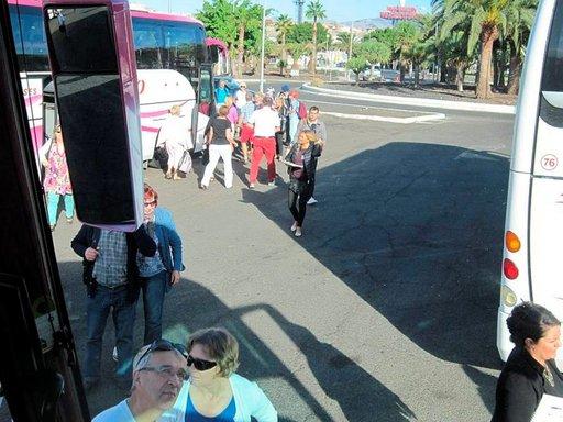 Bussit kootaan yhteiselle parkkipaikalle, jossa muista kaupungeista tulleet suomalaiset kootaan samaan bussiin.