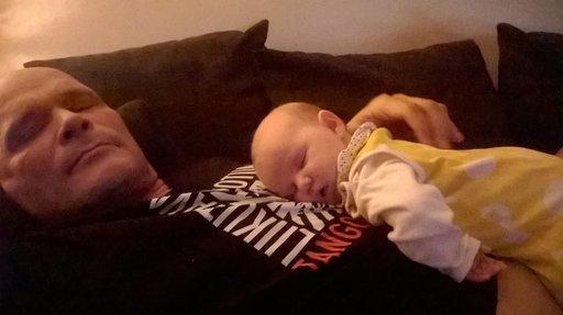 Perhe ja lastenlapset ovat Teijolle tärkeitä ja Suomessa ollessa heille on entistä enemmän aikaan. Kuvassa sylissä lepää neljän kuukauden ikäinen lapsenlapsi Noelle, eli Pipa, kuten perhe lasta kutsuu.