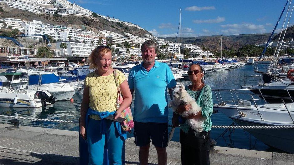 """Kaikki sujuu jo rutiinilla varsin kätevästi ja helposti. """"Tällä kertaa auto kustansi 20 euroa, joten kalliiksihan se tuli neljälle hengelle, mutta hyvästähän kannattaa aina maksaa,"""" heittää Markku humoristisesti ja rokaisee muitakin auton vuokraamiseen ja ainakin päiväretken verran myös omatoimisesti tutustumaan moniuloitteiseen ja mielenkiintoiseen Gran Canarian saareen, jossa vierailukohteita riittää. Markun kyydissä olivat Ulla-vaimon (kuvassa oikealla) lisäksi vierailulle tullut ystäväpariskuntaSeija Rautio jaJuha Launne. Myös Ullan ja Markun koira oli tosi tyytyväinen oltuaan tervetullut mukaan retkelle."""