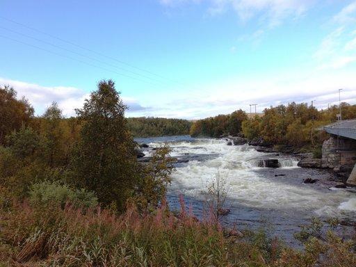 Joutonomien ruskareissunvarrella oli myös kuohuva,kalaisaNäätämöjoki,jokaonmonenLapinmatkaajanyksi varmoistakohteista,jonnehaluaatullakalastamaanjanauttimaan luonnostavuodestatoiseen.