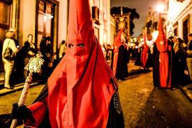 Magna Procesión on ehdottomasti Las Palmasin kaupungin suurin, merkittävin ja seuratuin roomalaiskatolisen pääsiäisviikon tapahtuma. Pitkäperjantai-illan suuressa kulkueessa eri veljeskuntien ja seurakuntien pyhimysveistoskulkueet kohtaavat Veguetan ja Trianan kaduilla.