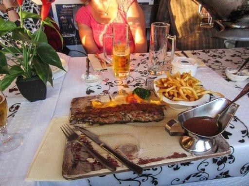 Hotellin lähellä sijaitsevan saksalaisravintola Steakhouse Stetsonin jättimäiset pihvit ja liekitetyt porsaan ribs-luut olivat todella herkullisia.