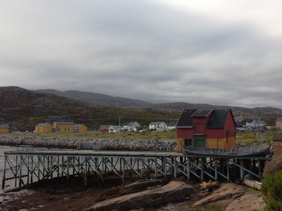 InglesistäPykeijaan,Jäämerenrannalleonyli6600kilometriä-käy niinkin,ettäsuomalaisettutustuvattoisiinsaInglesissäJoutonomien hauskoissatapaamisissa-jaseuraavatapaaminenvoikinollamaailman toisellalaidalla,Suomenpohjoisrajantuntumassa,Jäämerenrannalla Norjassa.Liikkuvansorttistaporukkaa.