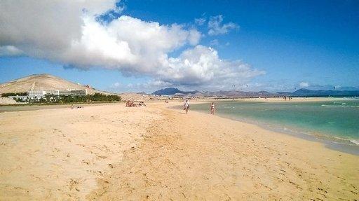 """Sotavento laajat hiekkarannat ovat laskuveden aikana laajat ja nousuvedellä kapeat, mutta aina pääsee kävelemään. Sotaventoa ympäröivä maisema koostuu lentohiekan valkaisemista lähes kasvittomista tunturin näköisistä """"vuorista"""". Eksoottista! Osa naturisteista pitää hienoimpana rantakokemuksena kulkemista alastomana tällaisilla loputtomilla hiekkarannoilla, kun aurinko paistaa ja ympäröivä turkoosi vesi lainehtii jalokiven lailla."""