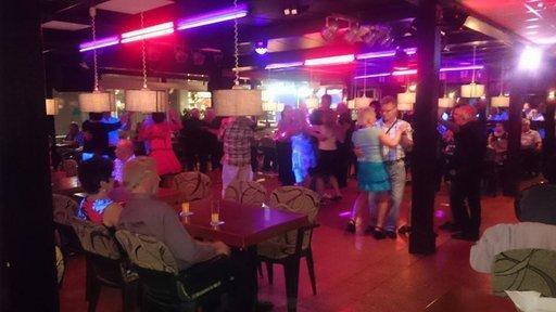 Tervetuloa Apilaniittyyn: ruokaravintola, tanssipaikka ja karaokea!