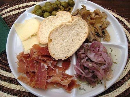 Espanjassa reissatessa tapakset ovat must – ne ovat sitä paitsi todella hyviä pieniä makupaloja lounasaikaan, kun kunnon ateria ei vielä maistu. Hyvä tuuri meillä kävi siltä osin, että Gran Canarian parhaaksi valittu tapas-ravintola sijaitsi aivan lähellä Playa del Inglesiä, jossa asuimme lomamme ajan. Luonnollisesti testasimme myös sen, vaikka hinnat hiukan suolaisemmat siellä ovatkin.