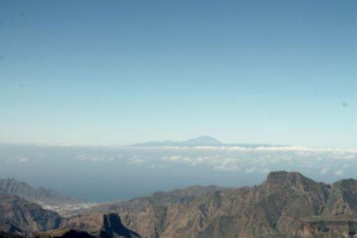 Roque Nublon juurelta voit ihailla mahtavia maisemia – esimerkiksi merellä näkyy Teneriffa ja Teide -tulivuoren huippu. Se on maailman kolmanneksi suurin tulivuori ja korkein Atlantin saarten vuorista, joka nousee 3718 metriä merenpinnasta ja noin 7000 metriä ympäröivän meren pohjasta.