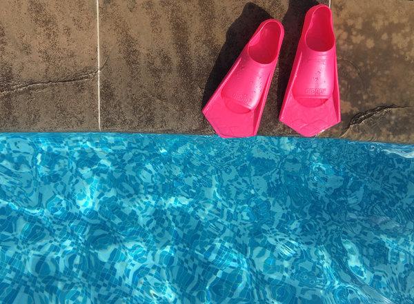 Postikortit omista kuvista: räpylät uima-altaan reunalla