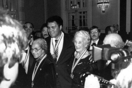 Rosa Parks (vas.), Muhammad Ali ja Tyyni Kalervo yhdessä Ellis Islands -siirtolaismitalijuhlassa Waldorf Astoriassa 1986. Samassa juhlassa palkittiin myös Donald Trump. Kalervojen kotialbumi.