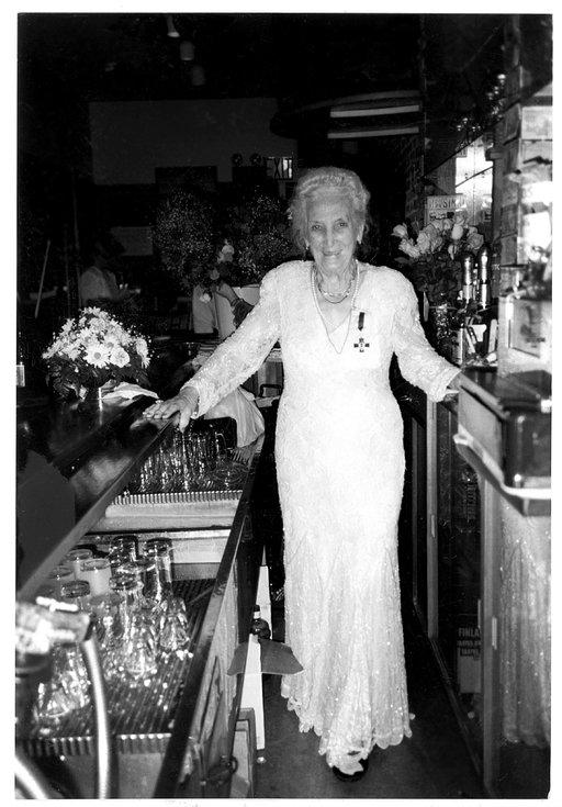 Tyyni Kalervo palasi 90-vuotisjuhlaristeilyltään töihin uuteen Little Finlandiin 2. avenuelle marraskuussa 1990. Kalervojen kotialbumi.
