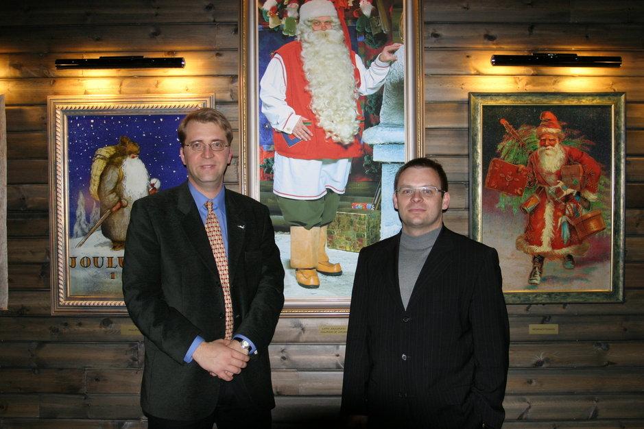 Yrityksen perustajajäsenet Tommi Lappalainen (vas) ja Bernard Giry Rovaniemellä Joulutalossa vuonna 2005. Kuva: Joulupukki TV Oy.