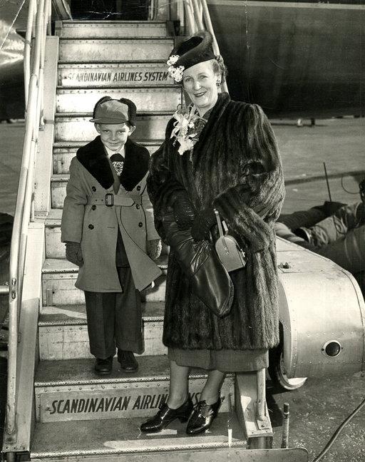 Tyyni Kalervo matkusti 10 vuoden tauon jälkeen Suomeen vuonna 1950, tällä kertaa lentokoneella ja Kaarlo-poikansa kanssa. Kuva Siirtolaisinstituutti.
