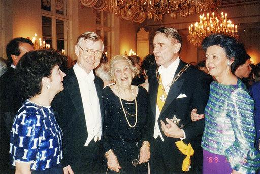 Tyyni Kalervo presidentti Mauno Koiviston itsenäisyyspäivän vastaanotolla 1989, vas. Pirkko ja Matti Häkkänen, Tyyni sekä Mauno ja Tellervo Koivisto. Kalervojen kotialbumi.
