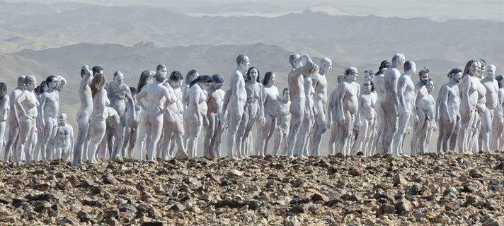 200 alastonta yhteiskuvassa<br /> autiomaassa Israelissa
