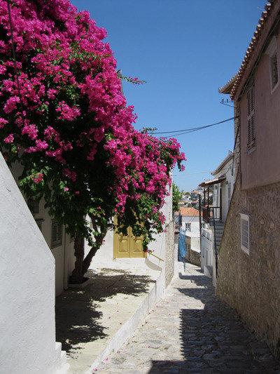 Saaren kapeat kadut johtavat moniin näkemisen arvoisiin kohteisiin.