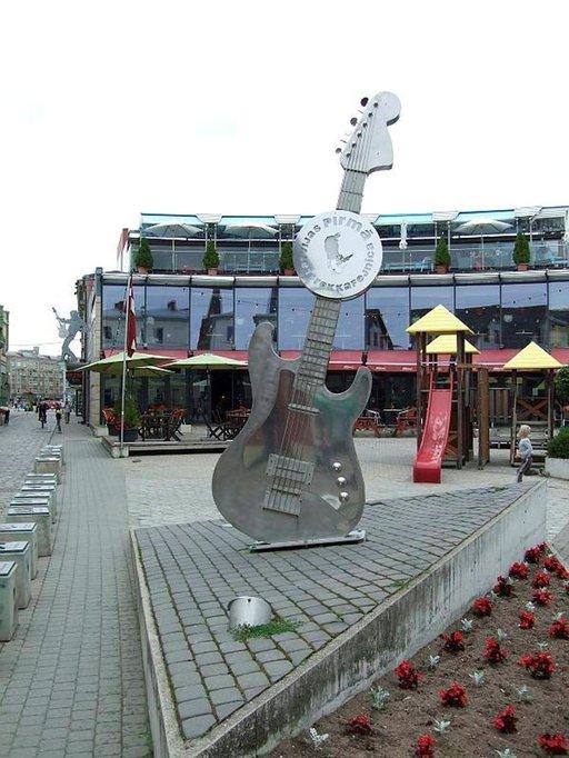 Näköispatsas Liepajassa, Latvia-rockin synnyinkaupungissa.