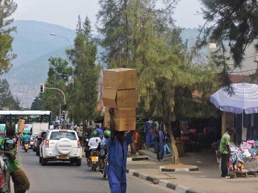 Itä-Afrikan teitä ja<br /> raiteita halkoen