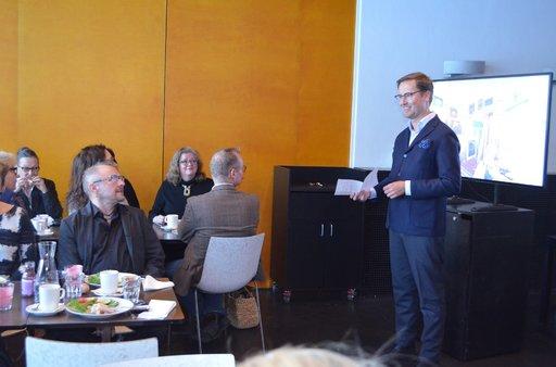 Museonjohtaja Leevi Haapala (oik.) pitää Seppo Fränti kokoelmaa ainutlaatuisena.