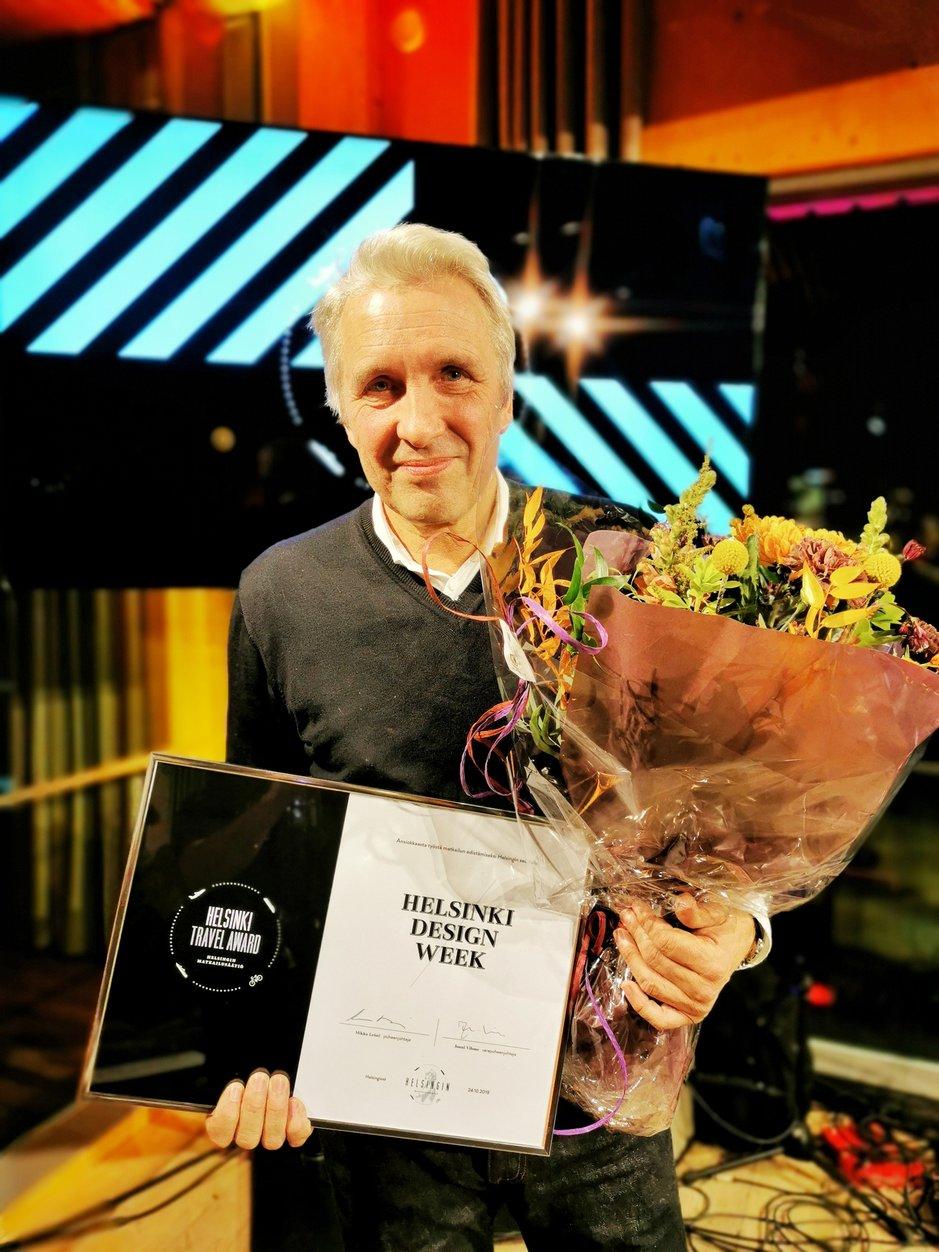 Helsinki Design Weekin perustaja Kari Korkman vastaanotti Helsinki Travel Awardin. Hänen aloitteestaan yhteen koottu World Design Weeks -verkosto valloittaa maailmaa Helsingistä käsin.