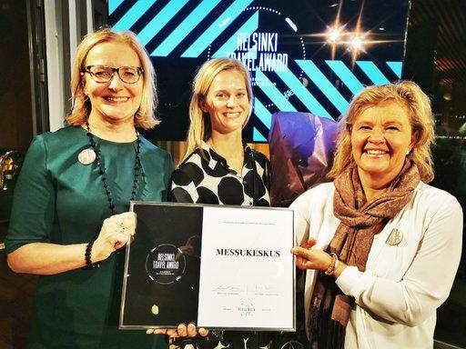 Anni Vepsäläinen (vas.), Maria Mroue ja Kristiina von Konow iloitsivat 100-vuotiaan Messukeskuksen saamasta huomiosta.
