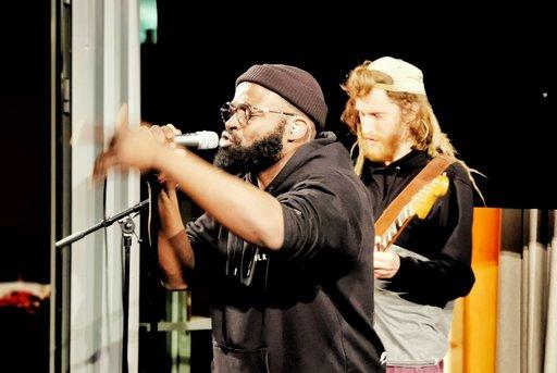 Jesse Markin yhtyeineen kohotti tunnelman kattoon. Energinen, hienon saundin yhtye on herättänyt jo huomiota Helsingin musiikkipiireissä.