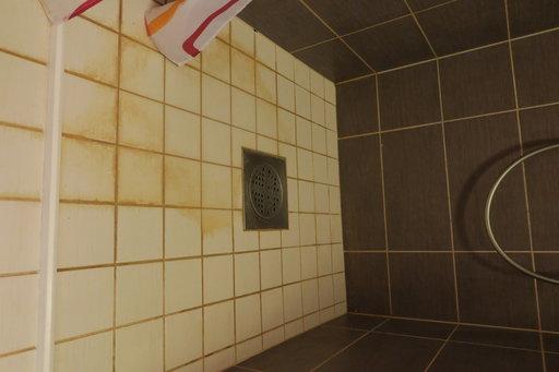 Pesuhuoneen lattia on jäänyt useammankin kerran puhdistamatta. Perusongelmana tosin on se, että lattian valiuuvaiheessa lattiakaivon viereen on jäänyt painauma, johon suihkuvesi jää makaamaan.