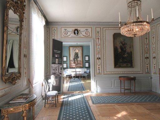 Alkuperäisiä taide-esineitä ja huonekaluja on ostettu takaisin pääasiassa Ruotsista.