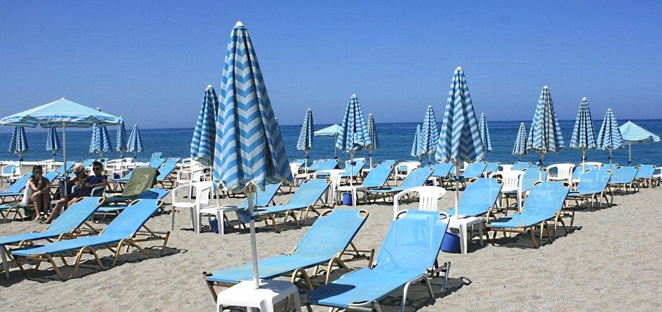 Rethymnon ranta Kreetalla. Suuri osa turisteista saapuu tänne Hanian lentokentän kautta