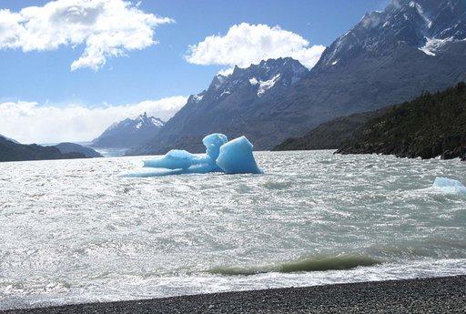 Pala jäätikköä Grey-järven ranalla.