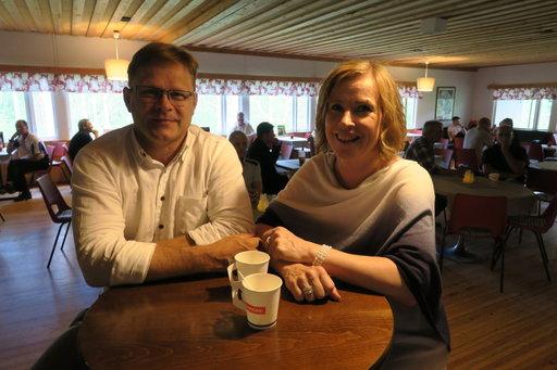 Juha Seppälä ja Katri Suonnansalo käyvät useana kesäviikonloppuna tansseissa Suukoskella. Lähes sadan kilometrin ajomatka ei hidasta. Tanssilattia, hyvät esiintyjät ja ilmapiiri saavat tunnustusta.