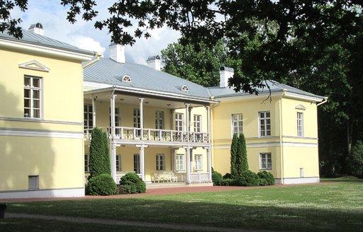 Mäetaguse kartano tarjoaa hotelli- ja kylpyläpalveluja keskellä idyllistä maalaismaisemaa.