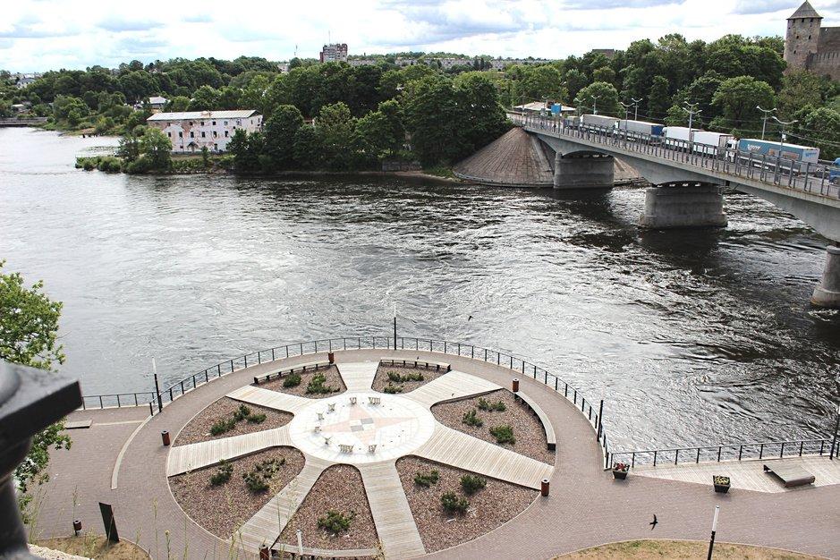 Narvajoen promenadi Viron puolella, Ivangorodin linna ja kaupunki Venäjän puolella.