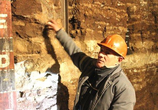 Kaivosmiehet opastavat vierailijaa palavankiven kaivoksessa.