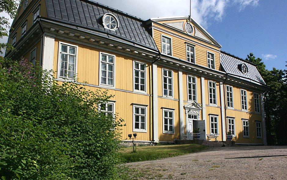Mustion Linna on yksi Suomen suurimmista puurakennuksista.