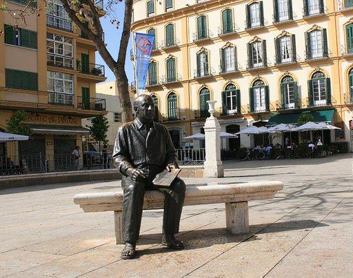 Pronssinen Pablo Picasso istuu kotitalonsa edessä Merced-aukiolla.