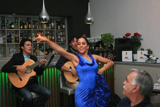 Flamenco kaikuu Vino Mio -ravintolassa.